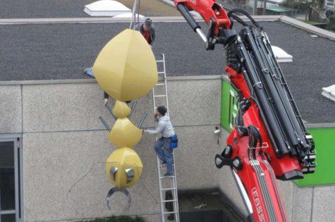Montage An Die Werkstatt-Fassade Mit Lastwagenkran