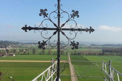 Restauriertes Turmkreuz Mit Blattvergoldeter Kugel Und Windfahne